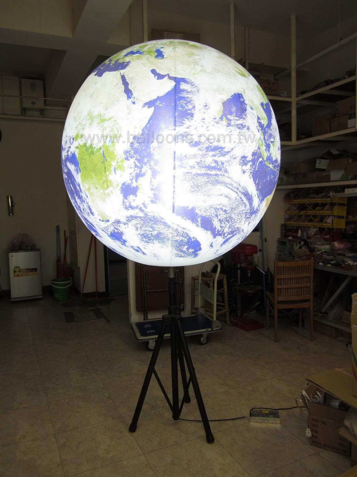 LED lighted stand and globe balloon站立式LED三腳燈架搭配地球圖案氣球