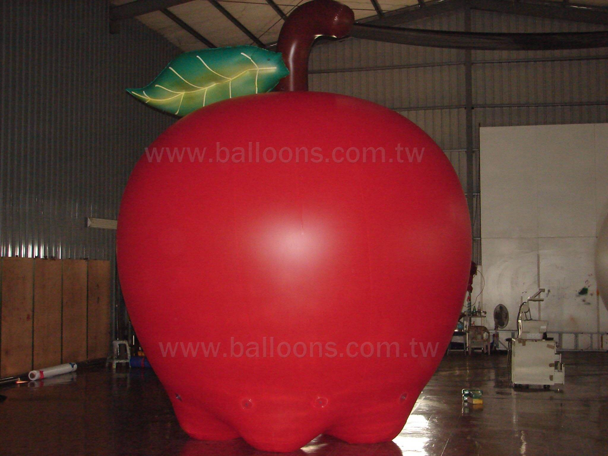 Inflatable red apple advertising balloon with leave and stalk紅蘋果含梗與葉子造型氣球