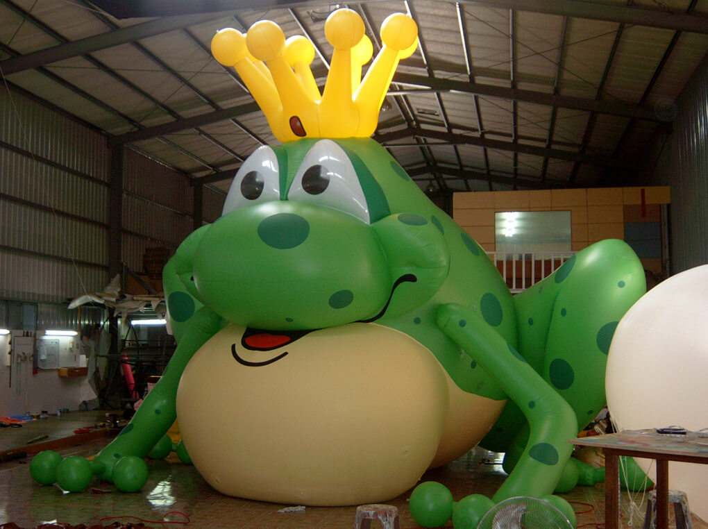 Advertising frog balloon in crown戴皇冠青蛙氣球